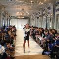 défilé de mode dans une salle parisienne lors de la Fashion Week Paris