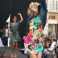 défilé de mode en centre-ville pour promouvoir le commerce local